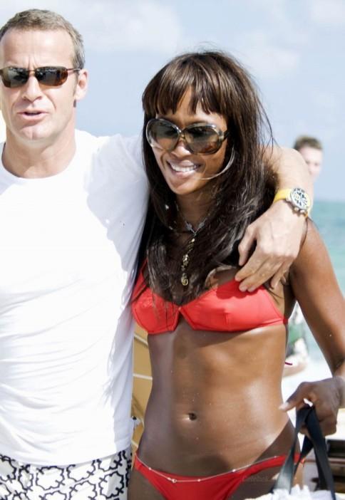 Naomi Campbell orange bikini -4- celeb-kepek.info